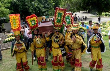 Miembros del Congo Grande cargaron el ataúd de su compañero Benigno Hernández el pasado jueves 4 de octubre en el Parque Cementerio Los Olivos.