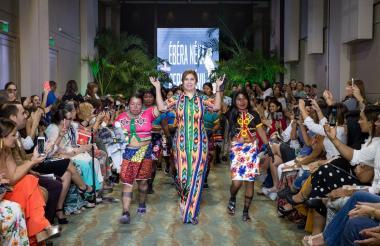 Modelos durante la presentación en Montería de 'Artesanía, moda y creatividad', proyecto que contó con la colaboración de la Asociación de Mujeres Artesanas Embera Kátio del Alto Sinú. Los diseños estuvieron a cargo de Perla Dávila, quien aparece en la última foto al concluir el desfile acompañada por algunas de las indígenas.