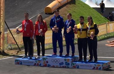 Gabriela Bolle y Juan Camilo Ramírez en el podio de los Juegos Olímpicos de la Juventud.