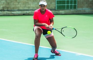 María José Peñaloza golpeando la bola de revés.
