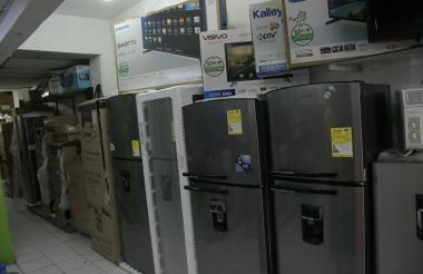 Neveras con la etiqueta en un establecimiento comercial en el Centro de Barranquilla.