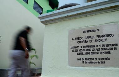 Placa que se instaló en Barranquilla, justo en el sitio donde fue asesinado el profesor Alfredo Correa.