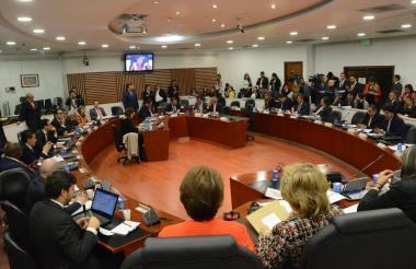 Representantes a la Cámara en la Comisión Primera discuten el proyecto.