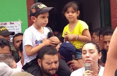 El menor, tras ser liberado, en compañía de sus padres y familiares.