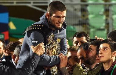 Khabib Nurmagomedov recibido por los aficionados.