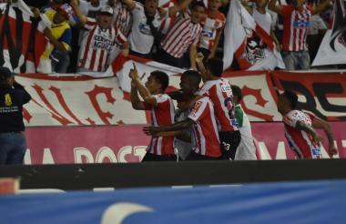Teófilo Gutiérrez celebrando con algunos de sus compañeros y el público el gol de la victoria ante Tolima.