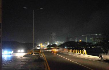 Las luminarias que se encuentran al inicio del corredor vial también están afectadas, lo que dificulta el tránsito para los vehículos, las motocicletas y el transporte urbano municipal.
