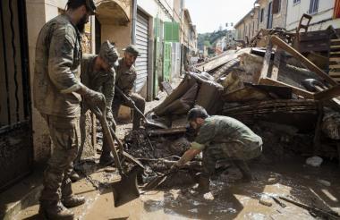Soldados buscan a los desaparecidos entre los escombros.
