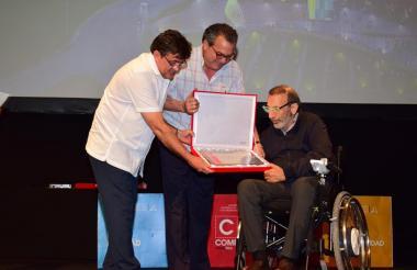 José Daes recibiendo el reconocimiento.