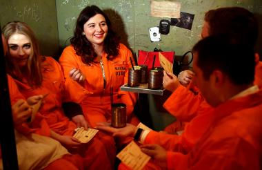 Los huéspedes se sientan en sus celdas en el bar de cócteles de la prisión de Alcotraz en el este de Londres.