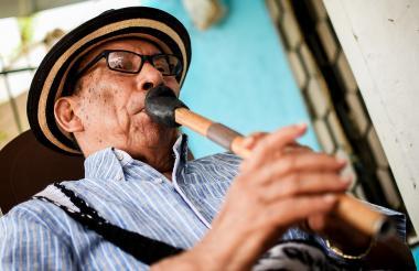 Pedro Ramayá toca la gaita en su casa, en Malambo.
