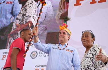 El presidente con el Bastón de Mando que recibió de manos de Francisca Sierra, líder wayuu.