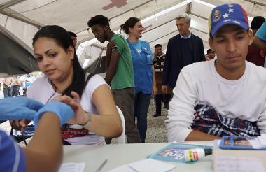 Ciudadanos venezolanos siendo atendidos.
