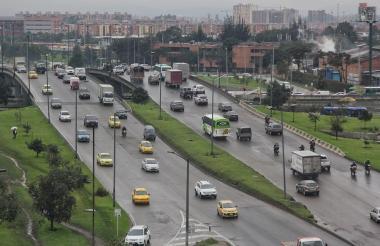 Vehículos salen por una avenida de Bogotá.