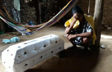 Una madre wayuu llora a su hija de 7 años que falleció hace unos meses en Manaure.