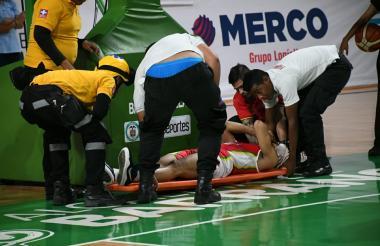 El basquetbolista Juan David Vanegas cuando es trasladado a la clínica La Asunción.