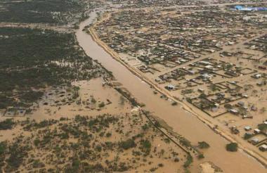 Dieciocho de los 19 barrios de Uribia permanecen inundados.