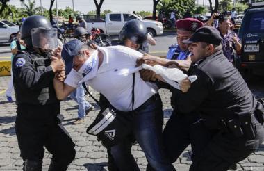 Policía de Nicaragua reprime marcha contra Ortega.
