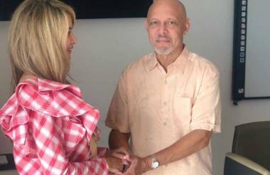 La alcaldesa (e) y el director Armando Segovia.