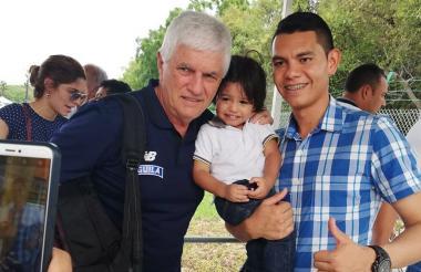 Julio Comesaña le regala una foto a un aficionado.