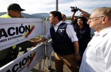 El Alto Comisionado de las Naciones Unidas para los Refugiados (ACNUR) y el representante especial de la Organización Internacional para las Migraciones (OIM) para los refugiados y migrantes venezolanos, el guatemalteco Eduardo Stein (d), se presenta como el Director de Migración de Colombia, Christian Kruger.