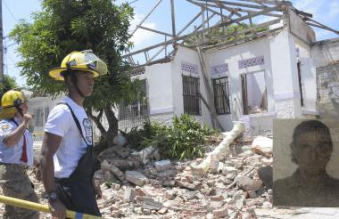 Bomberos ayer en la vivienda de Gonzalo García.