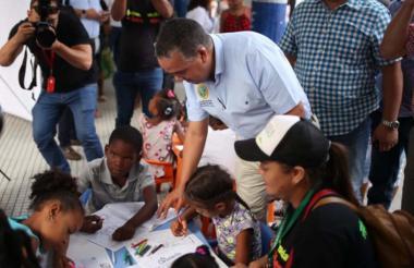 El alcalde Pereira comparte con unos pequeños.