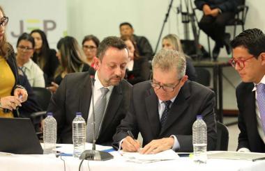El general en retiro Mario Montoya firmó el acta de sometimiento a la JEP.