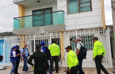 Policías y funcionarios de la SAE en una de las diligencias realizadas.