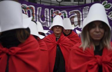 Activistas a favor de la legalización del aborto lucieron las prendas en una protesta en Buenos Aires.