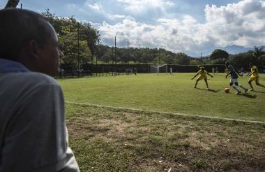 Agustín Garizábalo (58 años) observa una práctica de los juveniles del Deportivo Cali. El soledeño ha llevado a 22 jugadores al fútbol profesional.