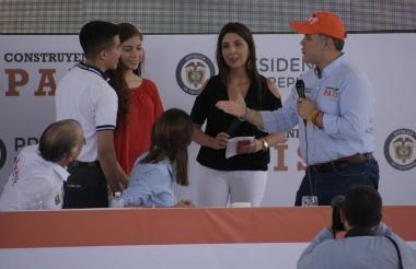 Dos jóvenes estudiantes del Colegio del Socorro (privado) y Alberto Pumarejo (público) son los primeros beneficiarios del programa Generación E.