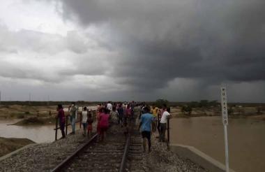 Los afectados por inundaciones en el barrio San José, en Uribia, se tomaron la vía férrea de Cerrejón reclamando ayuda.