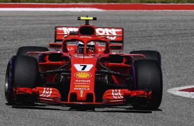 Kimi Raikkonen conduciendo el monoplaza de la escudería Ferrari.