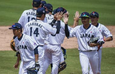 Jugadores japoneses se saludan después de la victoria.