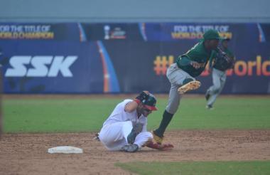 Acción del juego entre Sudáfrica y México en el Mundial sub-23 de Béisbol.