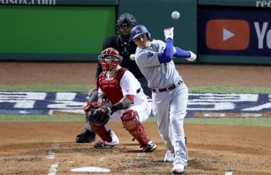 Manny Machado, campocorto de los Dodgers de Los Angeles conecta la bola.