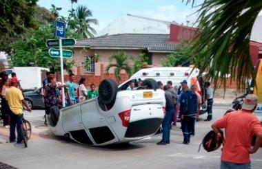 El vehículo accidentado quedó volcado a un lado de la vía.