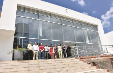 El equipo de NCC frente las instalaciones de la nueva sede  que estará ubicada en la calle 79 con carrera 50.