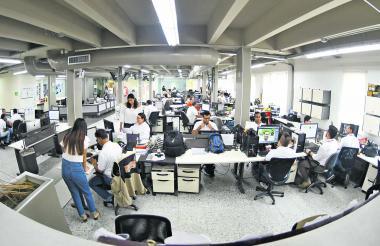 Panorámica de la sala de redacción de EL HERALDO, en un día donde todos los periodistas acordaron vestir de blanco, en celebración por los 85 años del periódico.