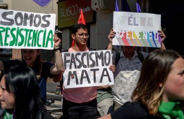 Algunos brasileños con pancartas en contra de Bolsonaro en la marcha del pasado 29 de septiembre.
