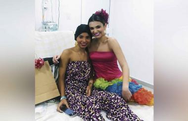 María Camila Ávila junto a la reina del Carnaval, Carolina Segebre.