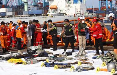 Los organismos de socorro adelantan labores de búsqueda de los restos del vuelo y sus pasajeros.