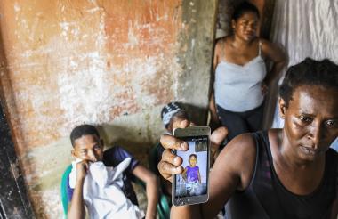 Familiares de Darci Yovana enseñan su fotografía.
