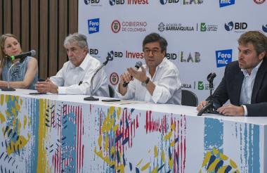 Irene Arias, gerente BID LAB; Rafael de la Cruz, representante del BID en Colombia; Luis Alberto Moreno, presidente, y James Scriven, gerente BID Invest.