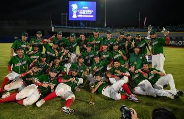 Los peloteros de México celebran su título en el Mundial de Béisbol en el estadio Édgar Rentería.