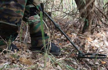 Militares en búsqueda de minas antipersona.