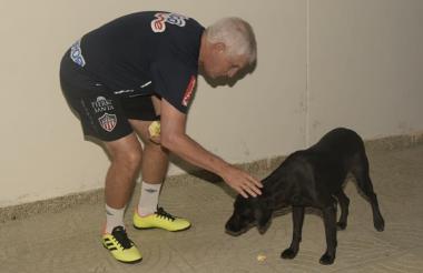 Julio Avelino Comesaña acaricia uno de los perros de la sede de Junior en Sabanilla.