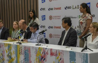 El presidente del BID, Luis A. Moreno, firma la alianza.