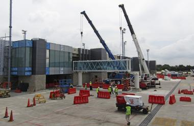 Instalación del primer puente de abordaje.